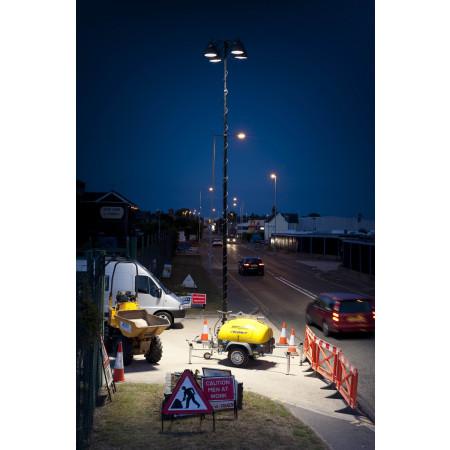 Beleuchtungsanhänger auf Baustelle