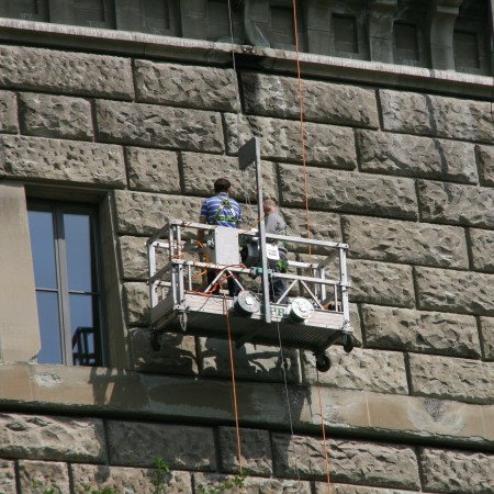 2 Meter langer Korb mit Seilwickler an Aussenmauer