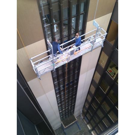 Fensterreinigung im Innenhof