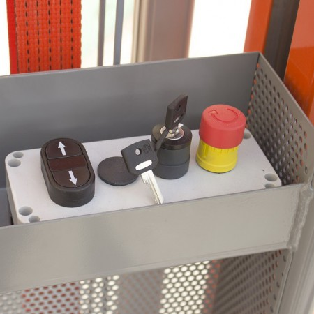 Nebst der Funkfernbedienung gibt es auch eine Bedienkonsole im Korb