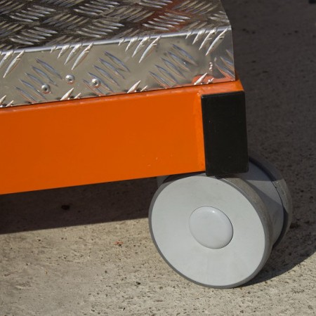 Automatisch einsetzende Bremsen sobald sich die Plattform nach oben bewegt