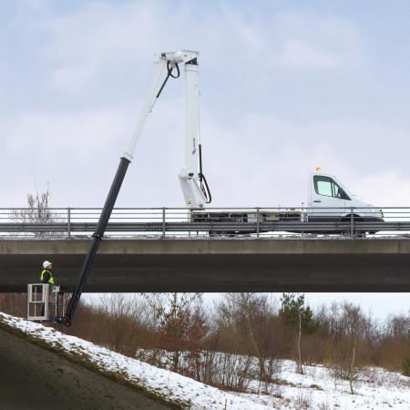 Mit der Arbeitsbühne kann bis zu 3.50 m unter Flur gearbeitet werden.