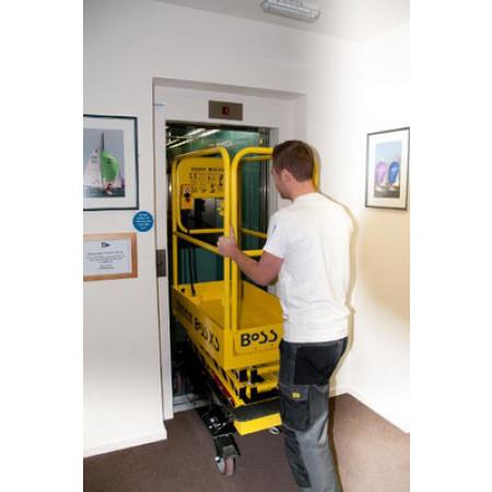 Die Scherenbühnen passen durch Türen und in Aufzüge